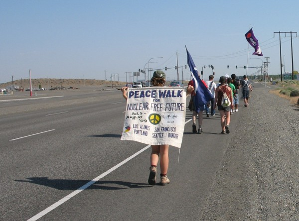 images/2009_Peacewalk_Hanford-1.jpg (83890 bytes)