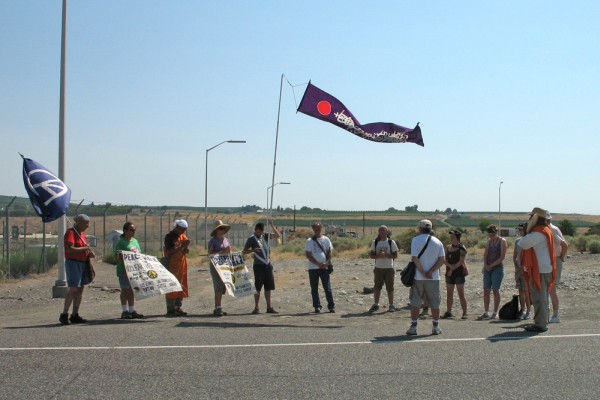 images/2009_Peacewalk_Hanford-2.jpg (68081 bytes)