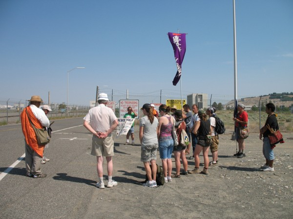 images/2009_Peacewalk_Hanford-3.jpg (82276 bytes)